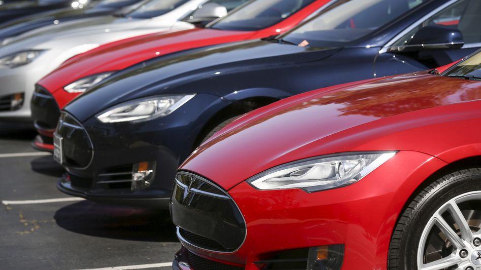 Eine Reihe von Tesla Model S Elektroautos