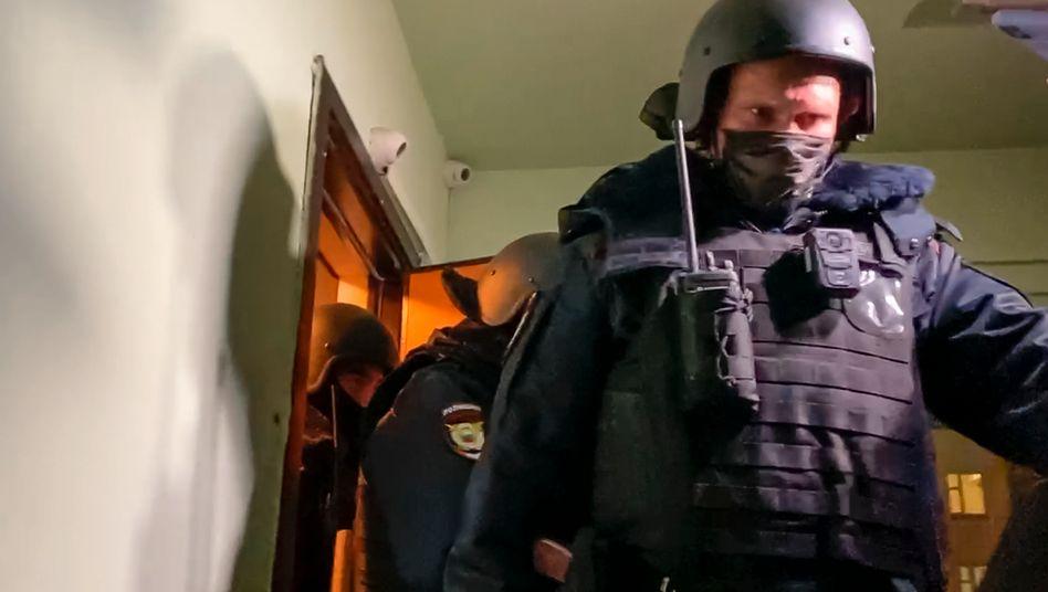 Polizisten kommen aus der Wohnung von Oleg Nawalny: Festnahme wegen Verstoßes gegen Corona-Auflagen