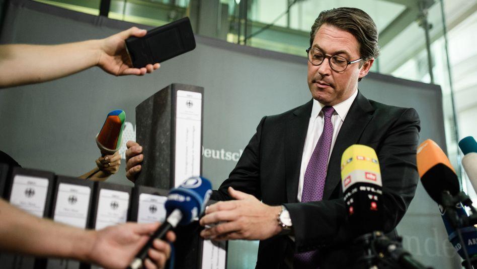 Minister Scheuer (CSU) im Juli 2019 mit Akten zur gescheiterten Pkw-Maut