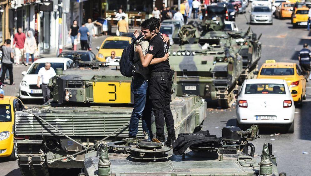 Istanbul nach der Putsch-Nacht: Zerstörte Panzer, wehende Fahnen