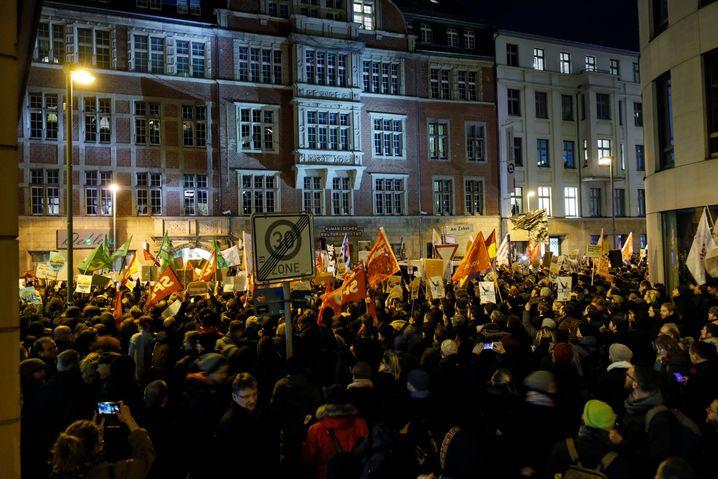 Demonstranten vor der FDP-Parteizentrale in Berlin