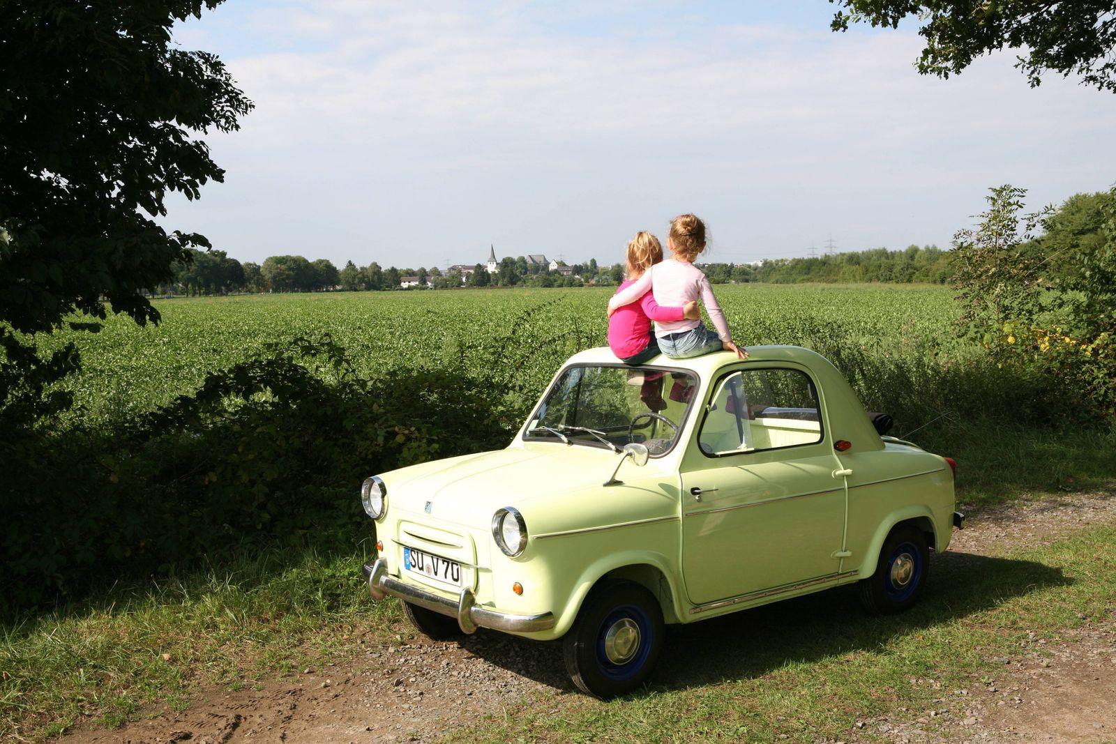Zwei Kinder auf einem VESPA 400 Copyright: JOKER/PetraxSteuer JOKER130827510001