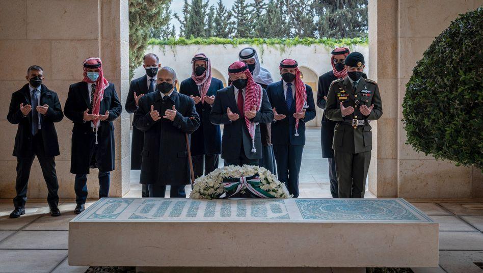 Haschemiten unter sich: König Abdullah II. (M.) und Prinz Hamsa (hinten, Zweiter von links)