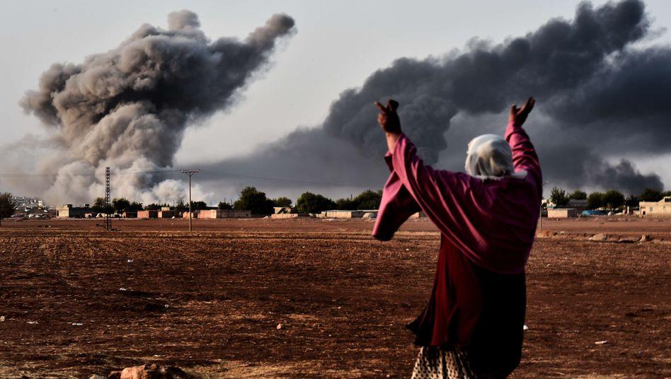 Rauch über Kobane: Eine kurdische Frau jubelt über einen US-Luftangriff