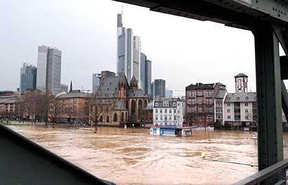 """Nasse Füße in Frankfurt am Main: Blick von der Fußgängerbrücke """"Eiserner Steg"""" auf die Skyline"""