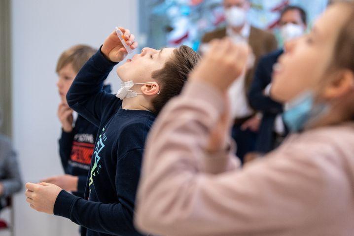 Kinder bei Corona-Selbsttests in einer Münchner Grundschule: »Die Patienten werden jünger«