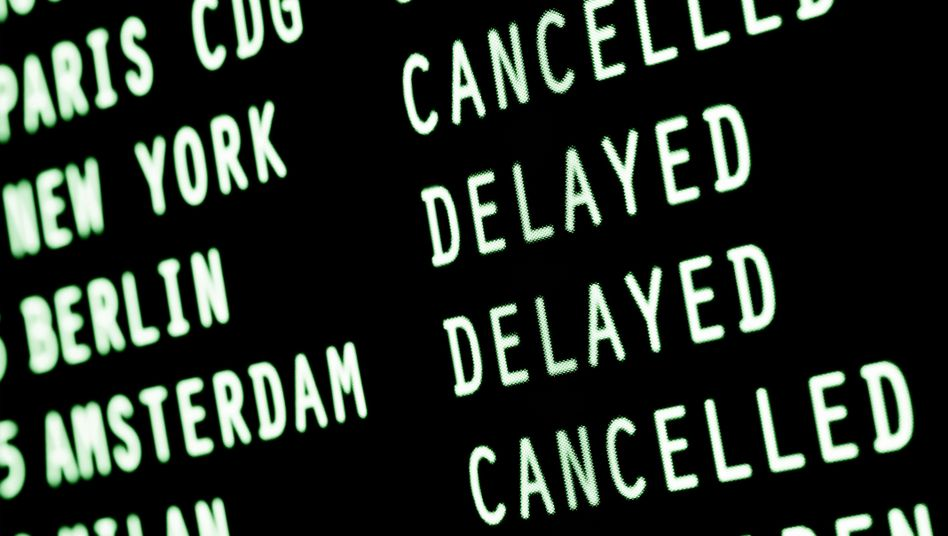 Anzeigetafel mit gestrichenen oder verspäteten Flügen (Symbolbild)