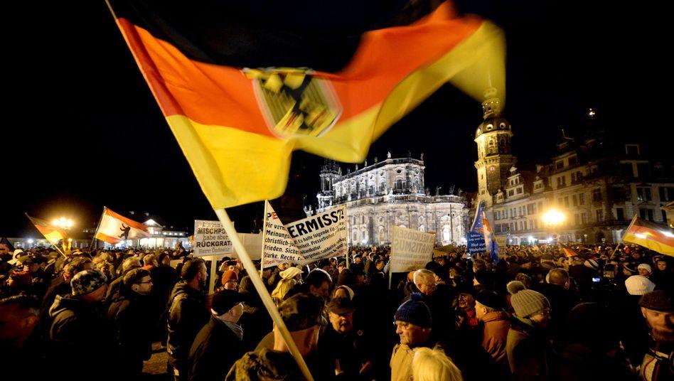 Pegida-Demonstranten in Dresden: CSU tut sich schwer mit der Abgrenzung
