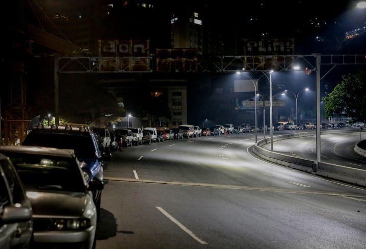 Autostau vor einer Tankstelle in der venezolanischen Hauptstadt Caracas