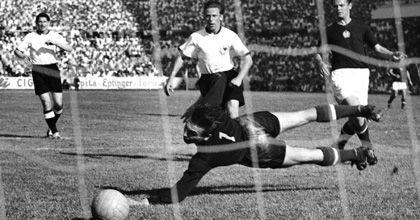 Stürmer Pfaff bei der WM 1954 (Mitte): Vorrunden-Treffer gegen Ungarn