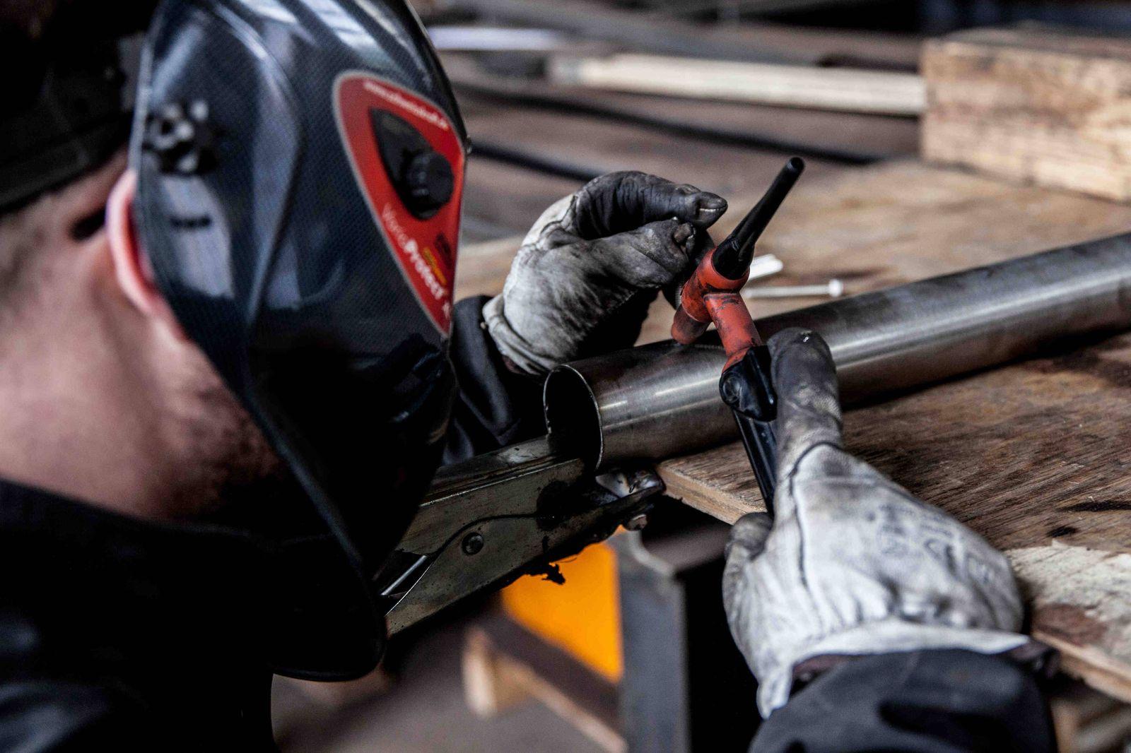Bamberg, Deutschland 10. April 2021: Ein Arbeiter, Schweisser, mit der erforderlichen Schutzausrüstung, welche unter and