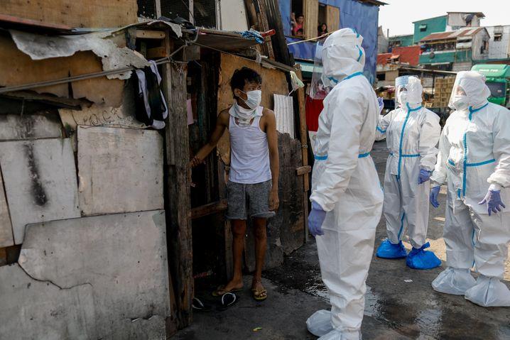 Polizisten in einem Slum in Manila: Was passiert, wenn niemand hinschaut?