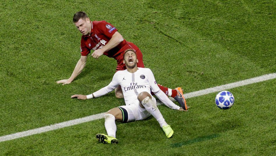 James Milner trifft Neymar (vorne)