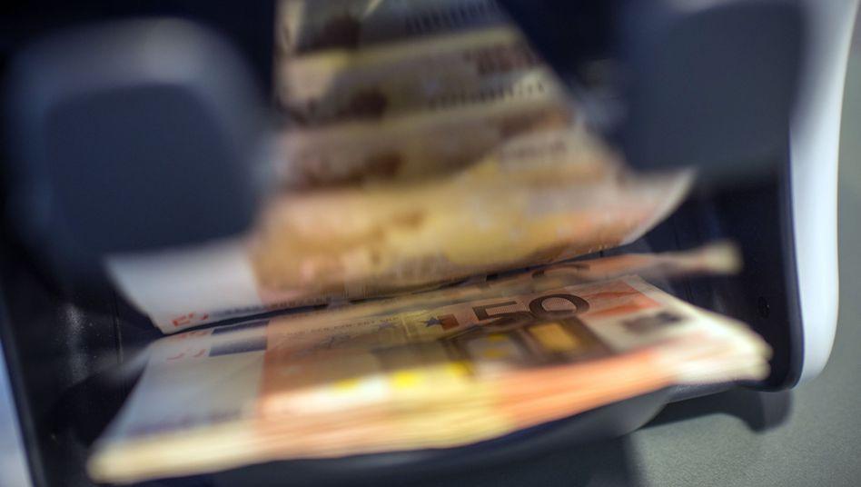 50-Euro-Scheine in einer Geldzählmaschine