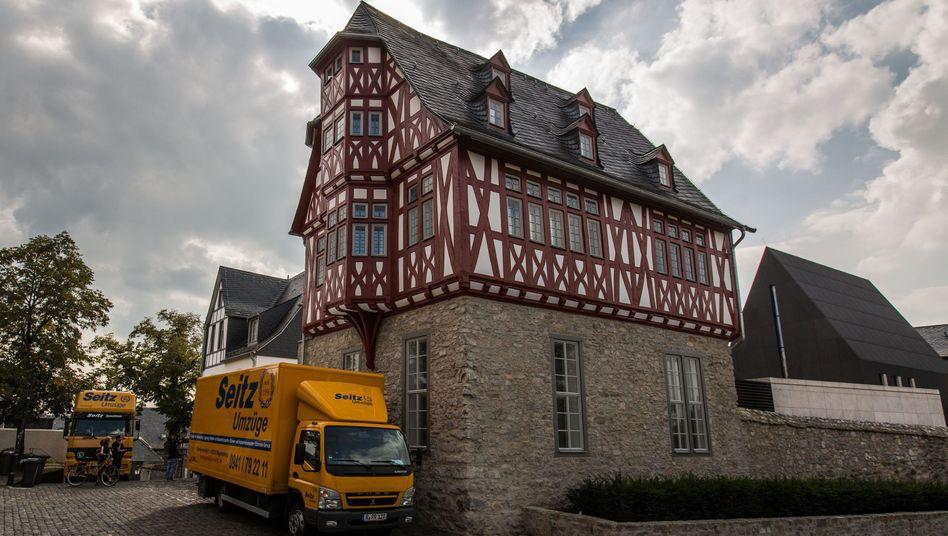 Möbelwagen vor Limburger Bischofssitz: Früherer Bewohner lebt jetzt in Regensburg