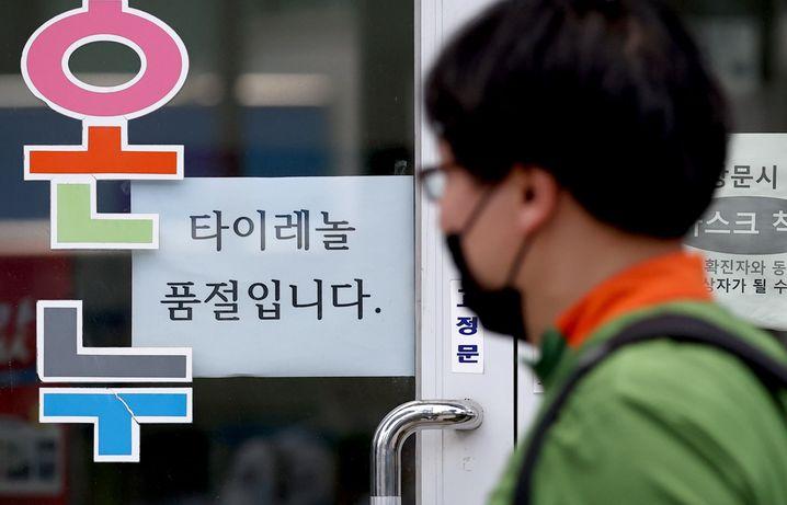 Südkoreaner mit Maske vor einer Apotheke in Seoul