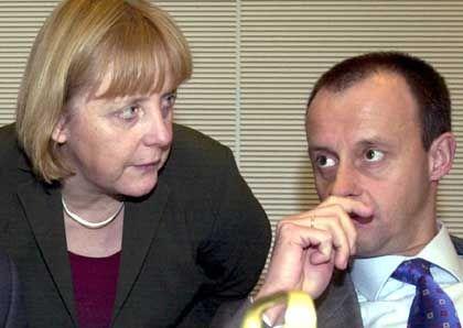Die Uneinigkeit geht weiter: Merkel (li.) und Merz