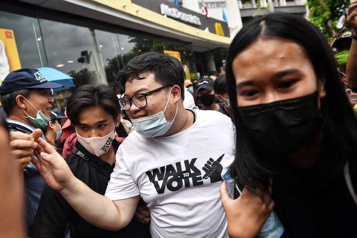 Aktivist Parit Chirawak bei Demonstrationen in Bangkok: Vertrauenskrise in die staatlichen Institutionen