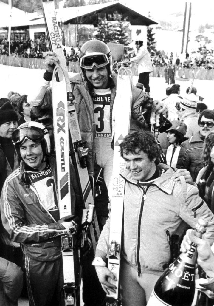 """Josef """"Sepp"""" Ferstl (Mitte) gewann am 20. Januar 1979 die Hahnenkamm-Abfahrt im österreichischen Kitzbühel. Links Uli Spieß (3. Platz), rechts Peter Wirnsberger (2. Platz), beide aus Österreich."""