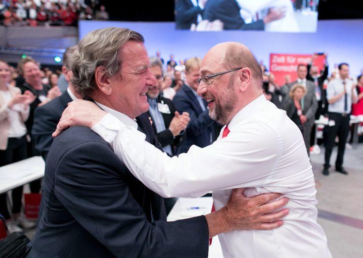 Gerhard Schröder (l.) und Martin Schulz beim SPD-Parteitag in Dortmund im Juni