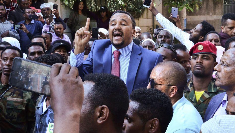 Jawar Mohammed und die von ihm aufgepeitschte Masse wütender Oromo vor seinem Haus am 24. Oktober