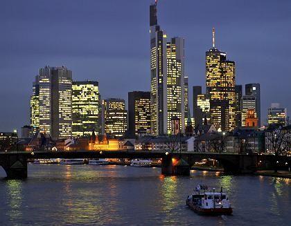 Beleuchtete Frankfurter Skyline: Am Samstag soll es fünf Minuten dunkel bleiben