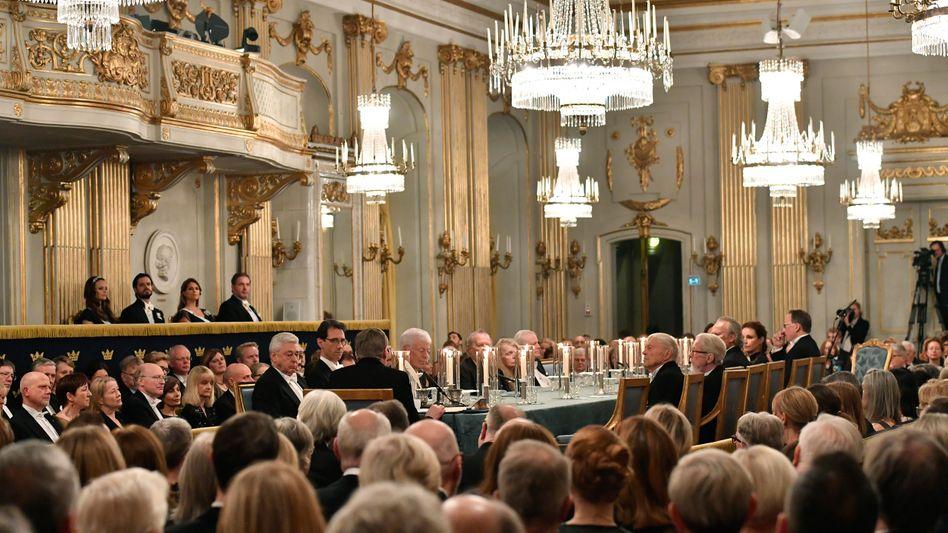 Mitglieder der Schwedischen Akademie bei ihrem jährlichen öffentlichen Abendessen