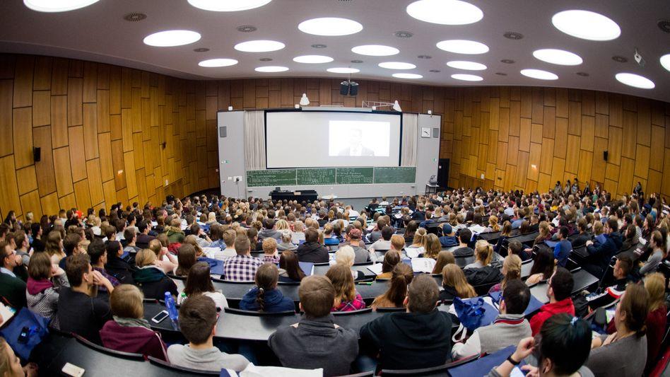 Studenten im Audimax der Leibniz Universität Hannover