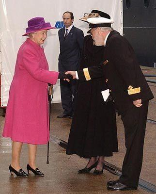 """Hoher Besuch: Kapitän Ronald Warwick begrüßt Königin Elizabeth II. bei der Taufe der """"Queen Mary 2"""""""
