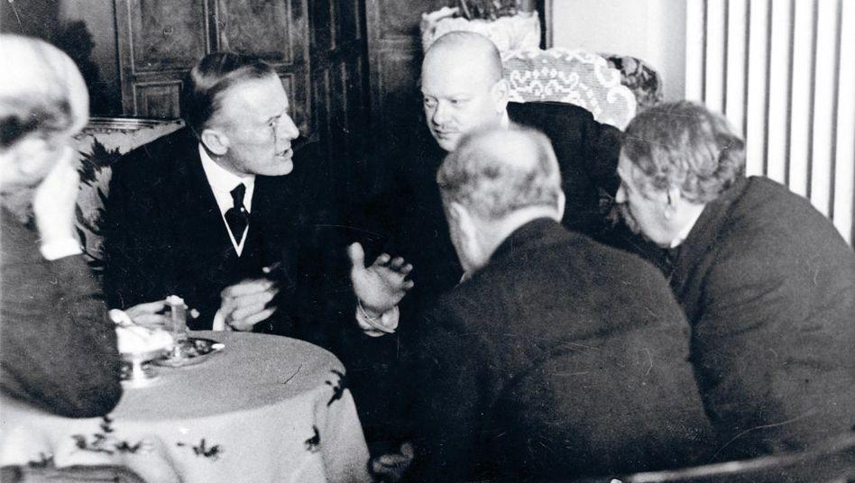Stresemann mit Chamberlain (l.) und Briand (r.)