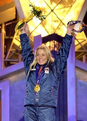 Königin der Buckelpiste: Olympiasiegerin Kari Traa strahlt mit ihrer Goldmedaille um die Wette