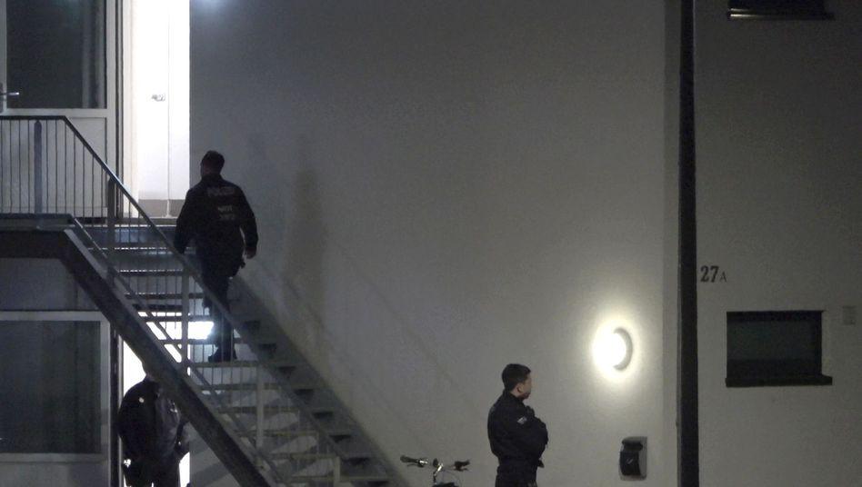 Polizisten in der Unterkunft für Flüchtlinge und Obdachlose in Sankt Augustin