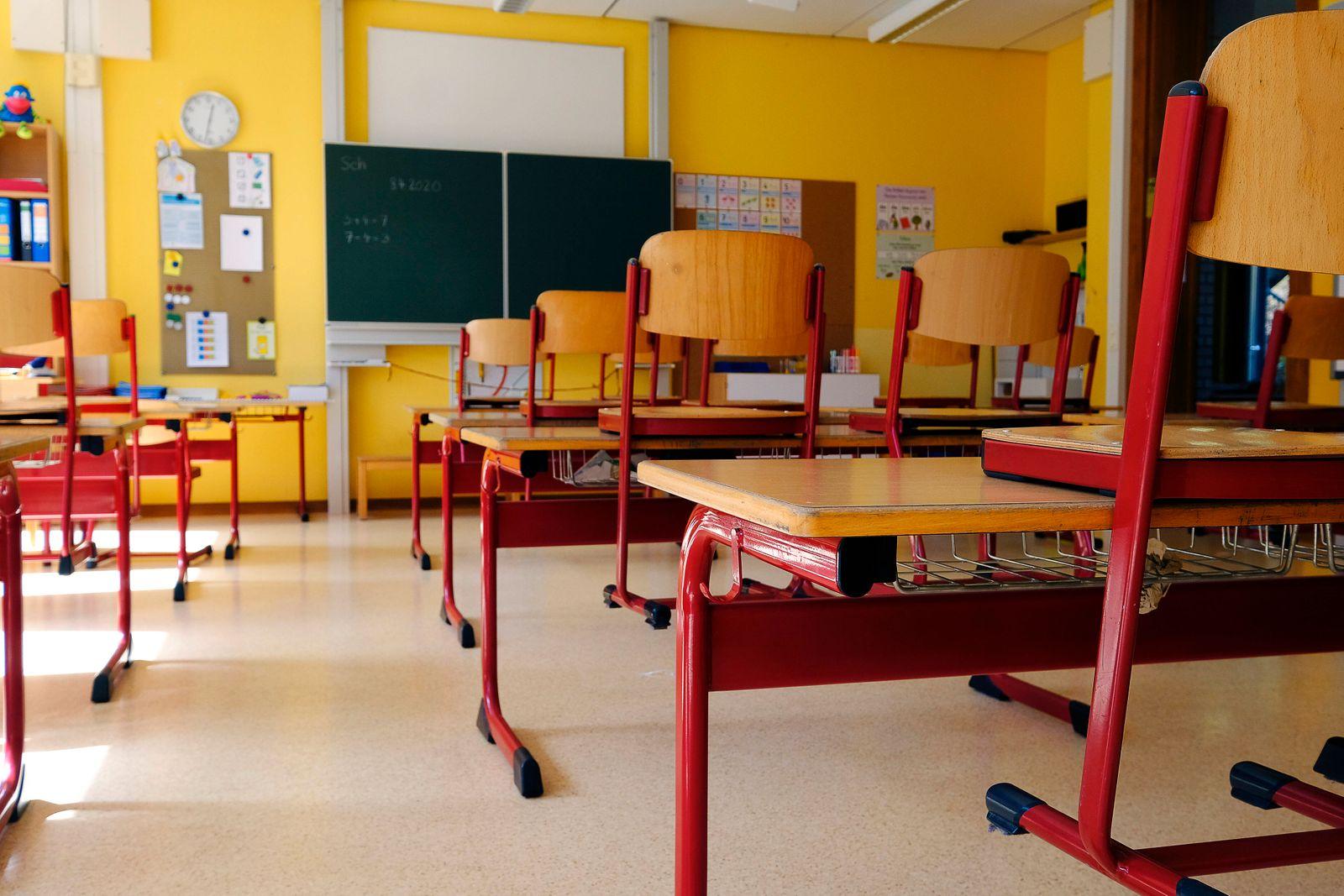 Deutschland - Rheinland-Pfalz Wolfstein - Grundschule Am Königsberg Leere Klassenzimmer in der Coronakrise Corona *** Ge