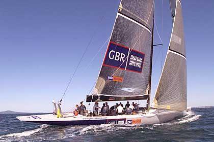 """Ruhiges Gewässer: Englands """"Wight Lightning"""" beim Auslaufen zum fünften Rennen. Am Ende siegte die Schweizer """"Alinghi"""" mit 4 Minuten und 33 Sekunden Vorsprung"""