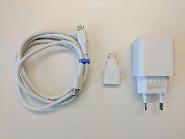 Netzteil und Kabel des Pixel