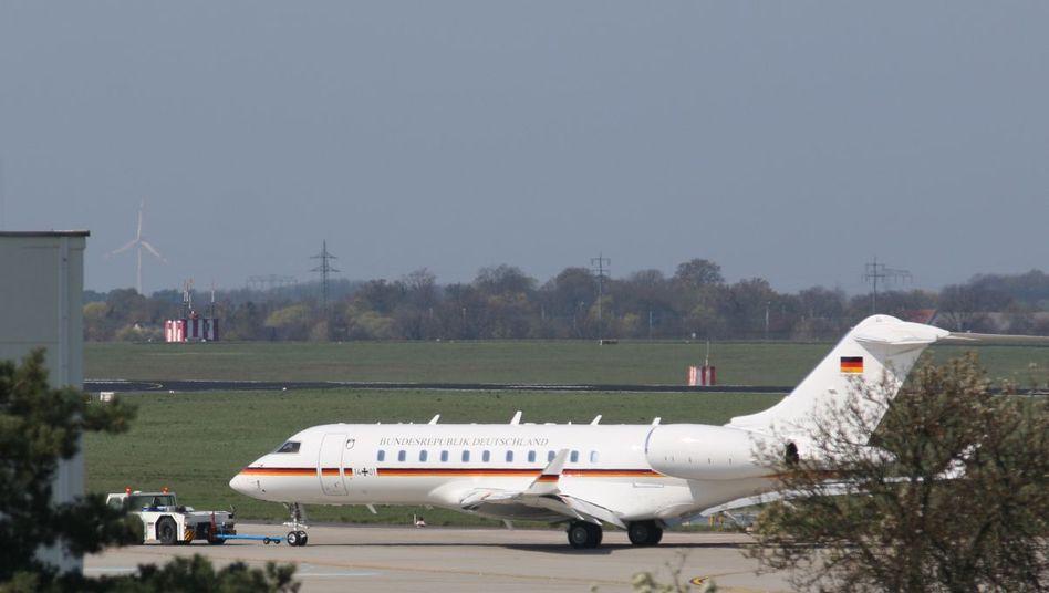 Ein Jet vom Typ Global 5000 der Flugbereitschaft der Bundesregierung auf dem Flughafen Schönefeld