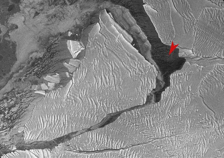 Eisberg A74 mit »Polarstern«: Das Forschungsschiff ist mit einem roten Pfeil markiert