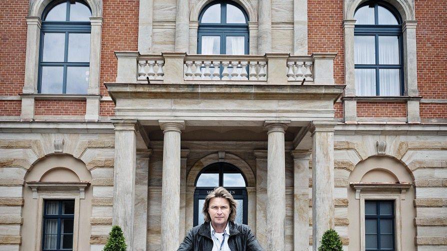 Tenor Vogt vor dem Bayreuther Festspielhaus