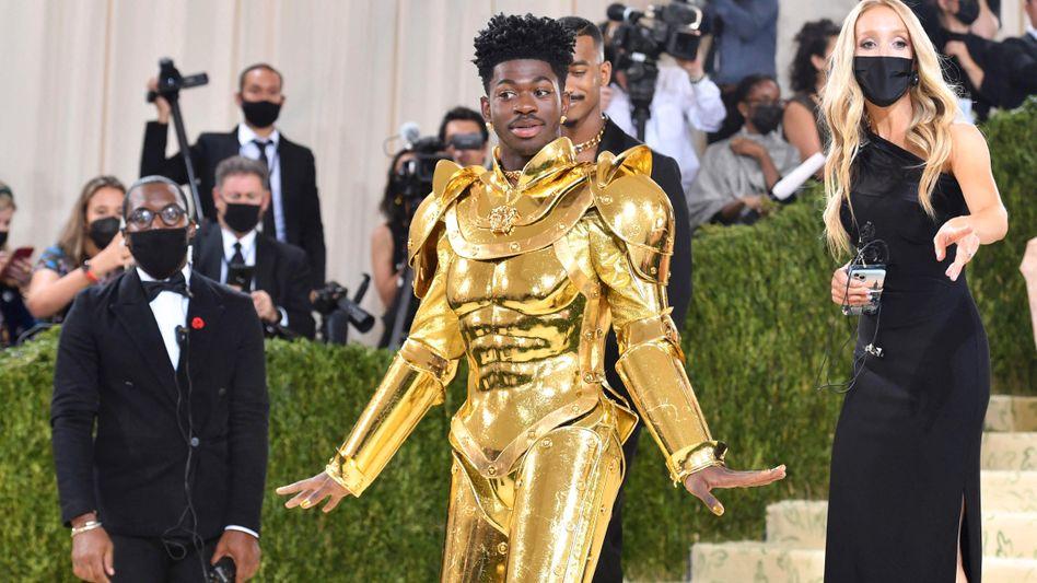 Lil Nas X bei der Met-Gala 2021: Goldene Rüstung über goldenem Bodysuit