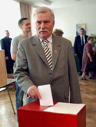 Lech Walesa bei der Abstimmung: Auch die Kirche rief zur Abstimmung auf