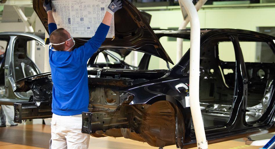 VW-Produktion in Wolfsburg: Mit Mundschutz am Band