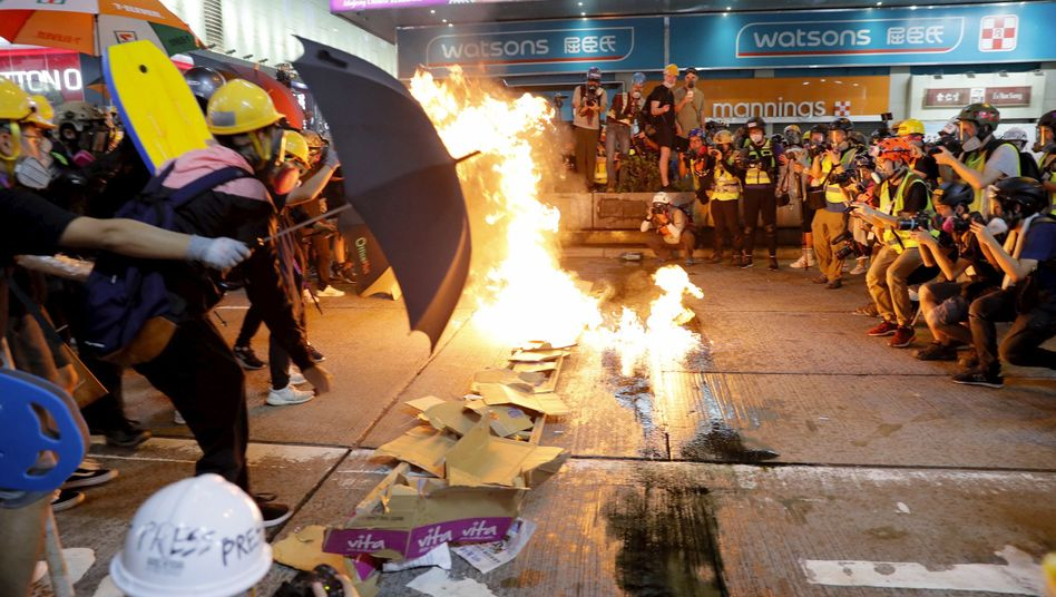Demonstranten in Hongkong verbrennen Karton, um eine Barriere zu bilden