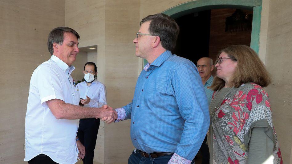 Umarmung, dann Handshake: Jair Bolsonaro, drei Tage vor seinem positiven Corona-Testergebnis, mit US-Botschafter Todd Chapman