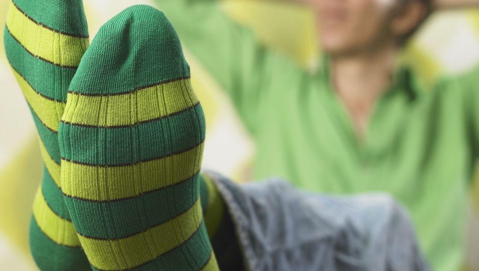 Junger Mann mit Socken (Symbolbild)