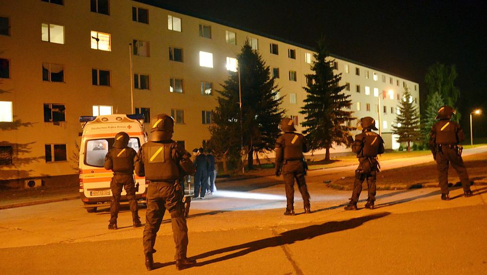 Polizeibeamte vor der Flüchtlingsunterkunft in Suhl (Archivfoto): Konflikt unter Flüchtlingen