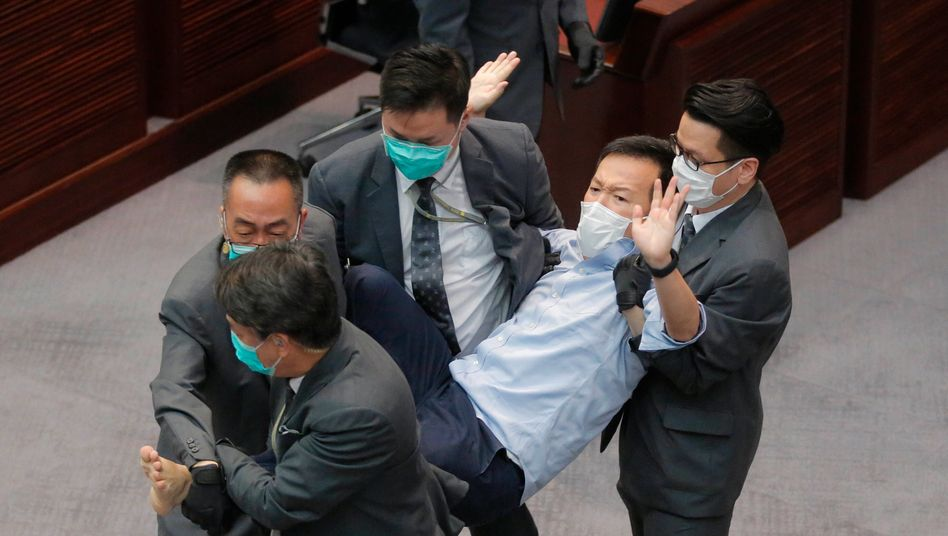 Oppositionspolitiker Ray Chan wurde Anfang Mai nach einer Protestaktion von Ordnern aus dem Parlament getragen (Archivbild)