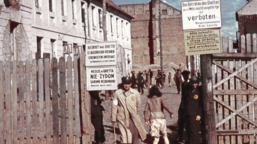 1941 besetzte die Wehrmacht die polnische Stadt Białystok. Jüdische Bewohner mussten zunächst ins Getto ziehen, 1943 wurden sie in Vernichtungslager deportiert (Foto 1943)