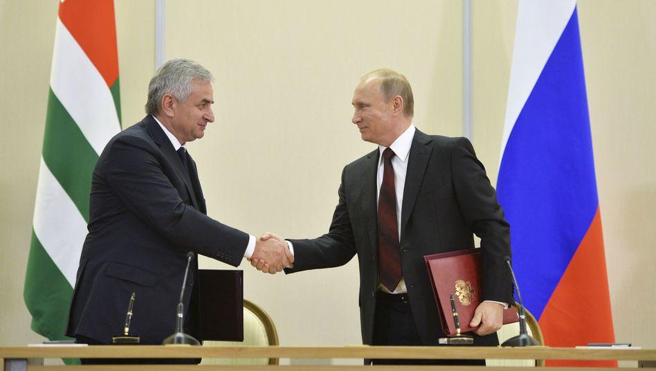Präsidenten Chadschimba (l.) und Putin: Georgien reagiert erbost
