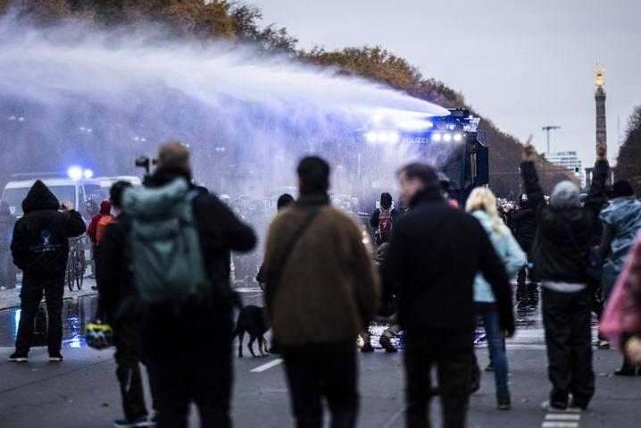 Mit Wasserwerfern ging die Berliner Polizei gegen Demonstranten vor