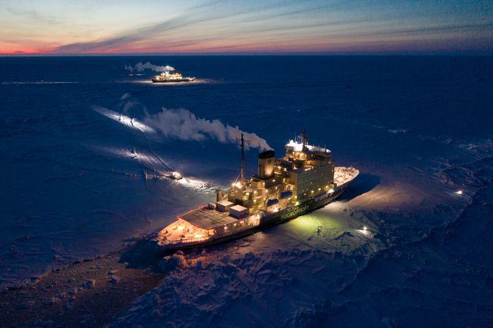"""Russisches Versorgungsschiff """"Kapitan Dranitsyn"""" (vorne) und der deutsche Forschungseisbrecher """"Polarstern"""" (hinten)"""